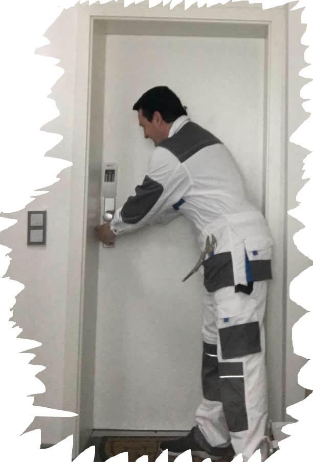 Karl beim Tür öffnen - Nur wenige Sekunden und die Türe ist auf